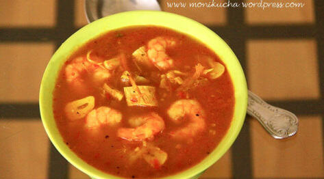 Ostra balijska zupa z kurczakiem, krewetkami i sambalem