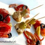 Marynowana feta z pieczoną papryką, czosnkiem i oliwkami