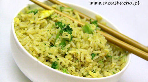 Chiński smażony ryż z czosnkiem i brokułami
