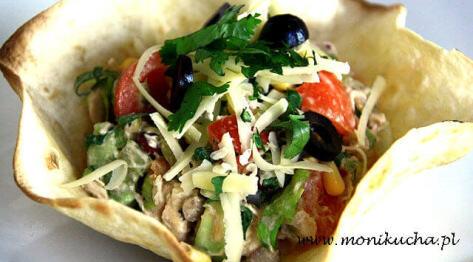 """Sałatka meksykańska z kurczakiem, warzywami, oliwkami i startym żółtym serem """"Meksykański Kwiat"""" – Kuchnia meksykańska"""