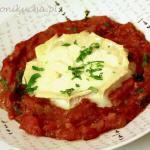 Kozi ser zapiekany w pomidorowej salsie