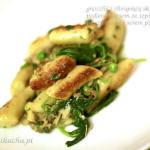 Gnocchi z chrupiącą skórką z ricottą podane z sosem ze szpinakiem aldente, pieczarkami i serem pleśniowym