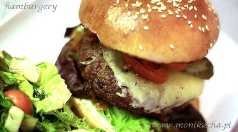 Jak zrobić prawdziwe amerykańskie hamburgery w domu – przepis na doskonałe hamburgery i cheeseburgery domowej roboty