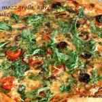 Jak zrobić pizzę na cienkim cieście – pizza ze świeżą mozzarellą, kurczakiem, chili i rukolą