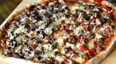 Przepis na domową pizzę z szynką, kurczakiem i ostrymi klopsikami
