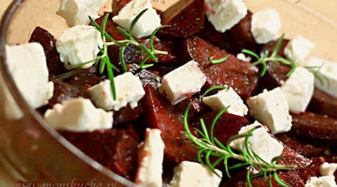 Buraki pieczone z fetą i rozmarynem w sałatce ze szpinakiem i roszponkąz dressingiem z orzechami włoskimi