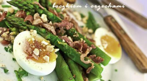 Sałatka ze szparagami, jajkiem i boczkiem