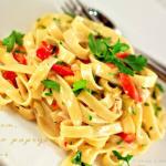 Fettuccine z czosnkiem, pieczoną papryką i oliwkami