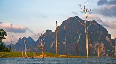 Tajlandia, Park Narodowy Khao Sok National Park – jak dojechać autobusem z  Phuket – tani nocleg w Khao Sok, Smiley Bungalows i jezioro Choew Larn.