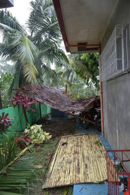 Tył domu, dawniej przytulne miejsce na grilla, po pierwszym uderzeniu