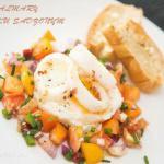 Kalmary na jajku sadzonym z pomidorami