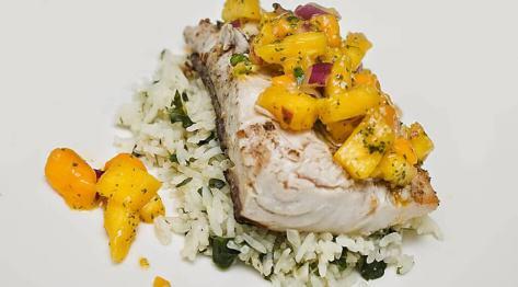 Ryba z salsą mango-ananasową i chili