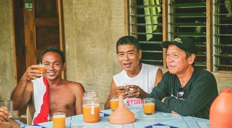 Tani alkohol na Filipinach – tuba, czyli domowej roboty wino palmowe