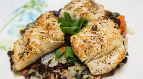 Przepis na filety rybne z duszoną kapustą, boczkiem i czerwoną fasolą