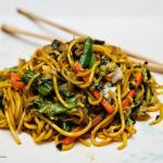 Makaron z warzywami stir fry z sosem sweet chilli