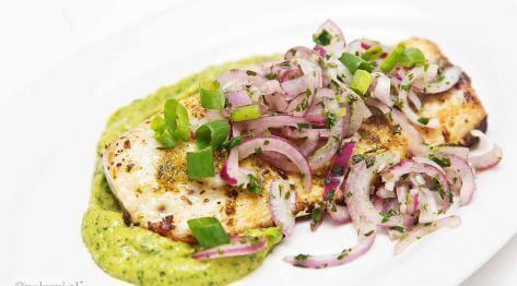 Filet białej ryby na guacamole z salsą criolla