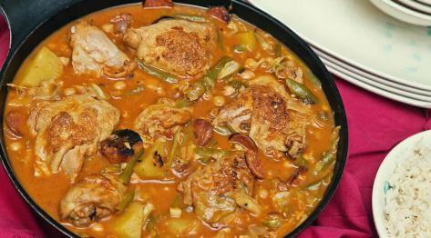 Kurczak Pochero czyli kurczak duszony w pomidorach z bananami i chorizo – filipiński gulasz